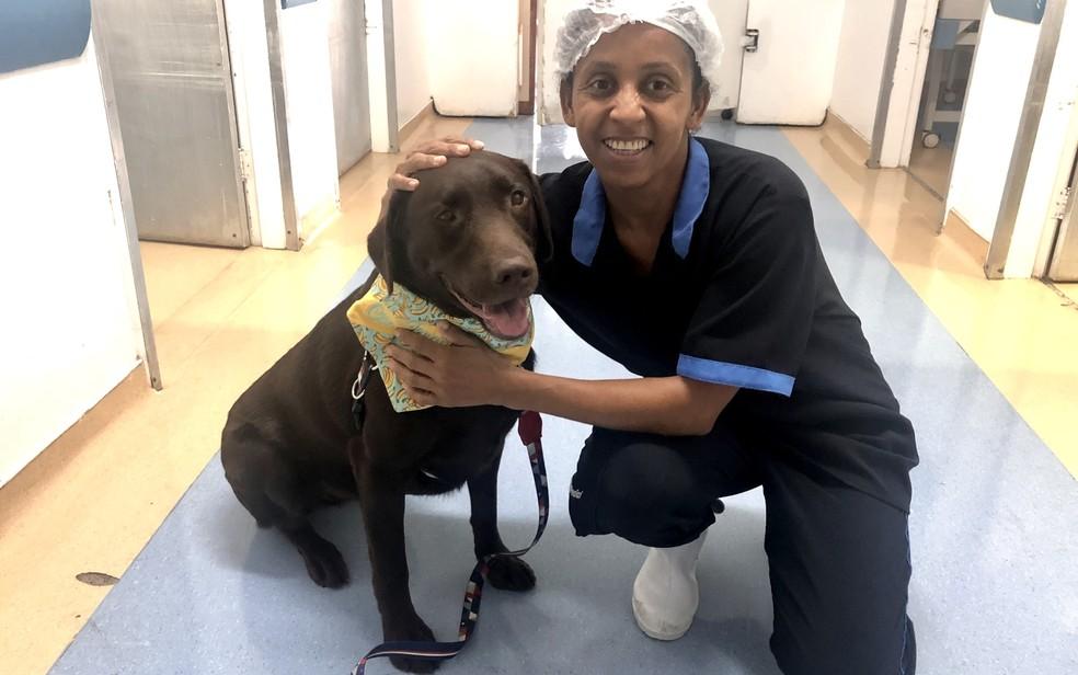 Funcionária do Hospital de Urgências de Goiânia, Elaine Pereira faz questão de tirar uma foto com Baru — Foto: Paula Resende/ G1