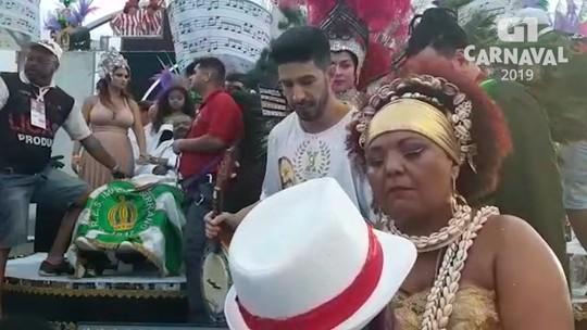 Emoção marca o fim do desfile em homenagem a Arlindo Cruz