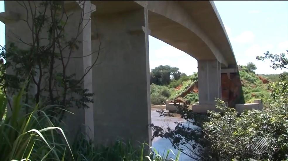 Com fendas no asfalto, ponte na BA emite ruídos com passagem de veículos e engenheiro alerta sobre risco (Foto: Reprodução/TV Oste)