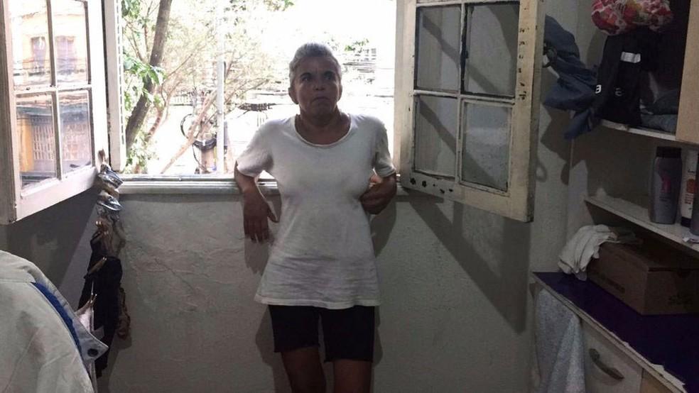 Rosana precisa fazer dez faxinas de R$ 60 para conseguir pagar o aluguel do quarto onde mora, na zona sul de São Paulo. (Foto: Leandro Machado/BBC Brasil )