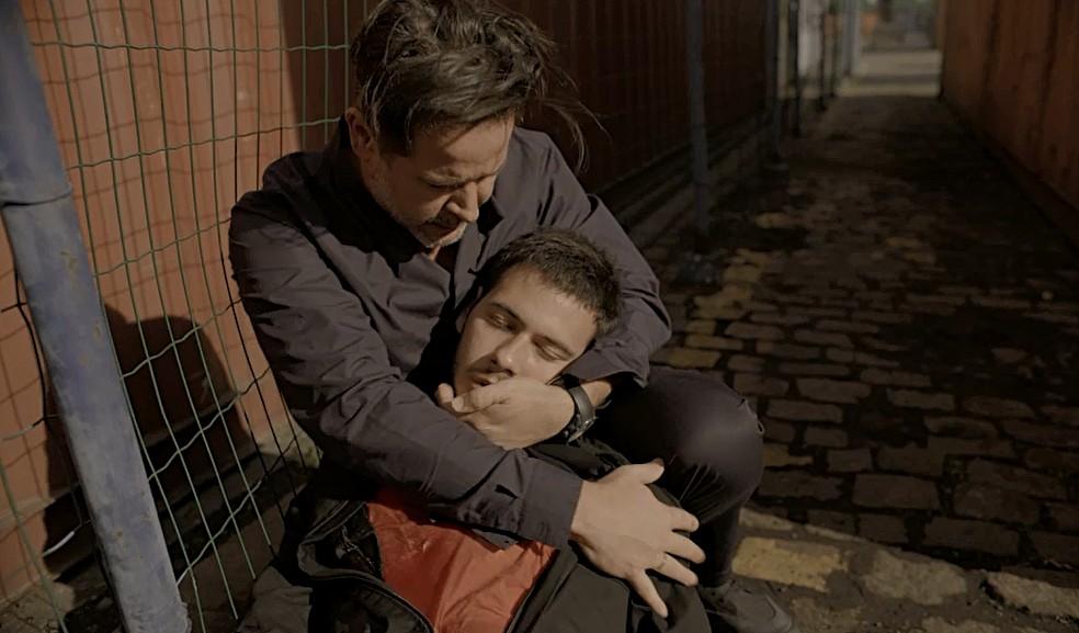 Raul (Murilo Benício) encontra Vinícius (Antonio Benício) desacordado no chão e se desespera — Foto: Globo