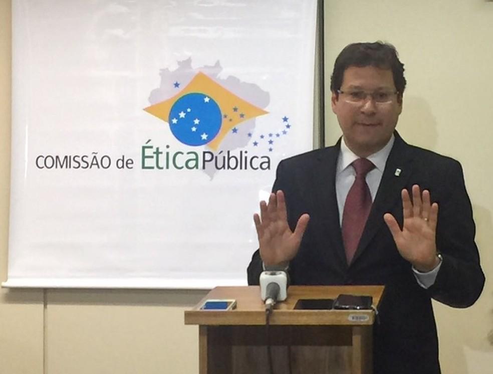 Imagem mostra o presidente da Comissão de Ética, Mauro Menezes, durante entrevista coletiva nesta segunda (21) (Foto: Marcela Lemgruber/G1)