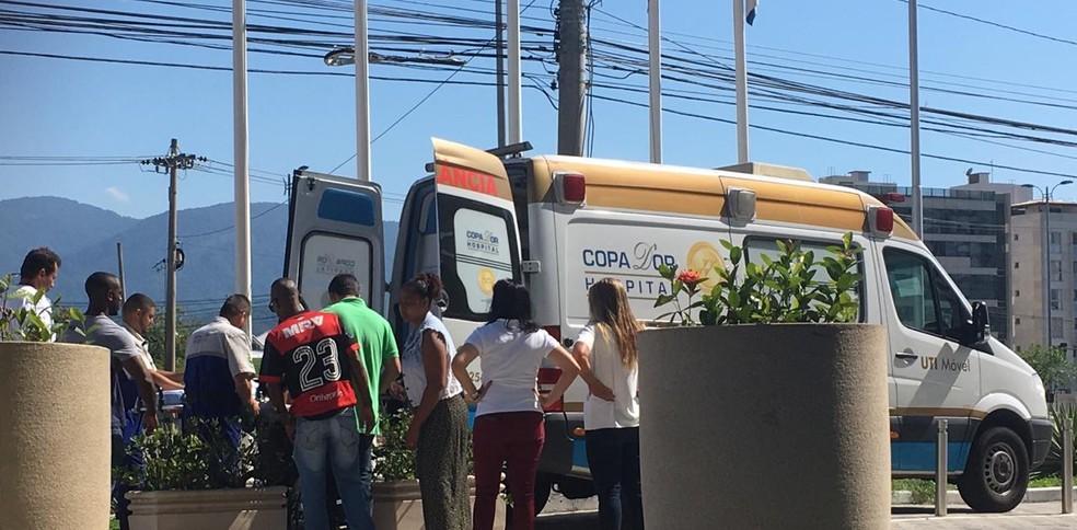 Mãe de Samuel Thomas passa mal em hotel do Flamengo e precisa ser levada de ambulância ao hospital — Foto: Emanuelle Ribeiro / GloboEsporte.com