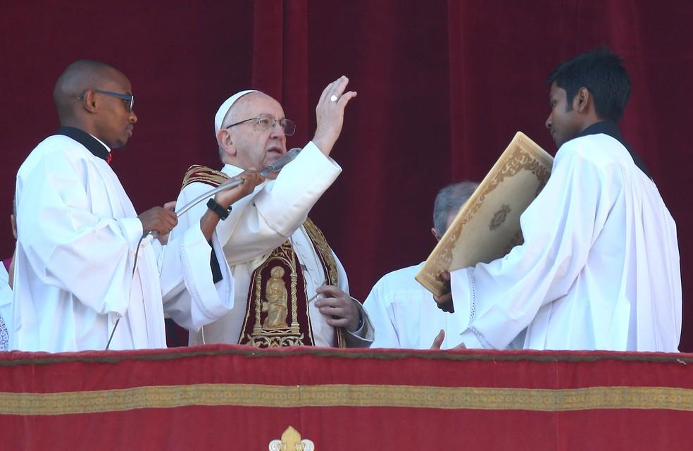 O papa Francisco profere mensagem de Natal na praça São Pedro, no Vaticano, na manhã desta segunda-feira (25) (Foto: Alessandro Bianchi/Reuters)