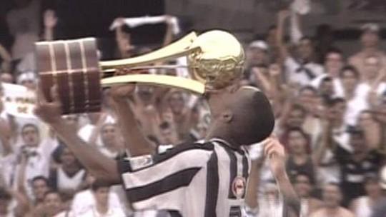 Torcida do Santos se empolga com gol de Robinho na final da Copa do Brasil e relembra lance de 2002