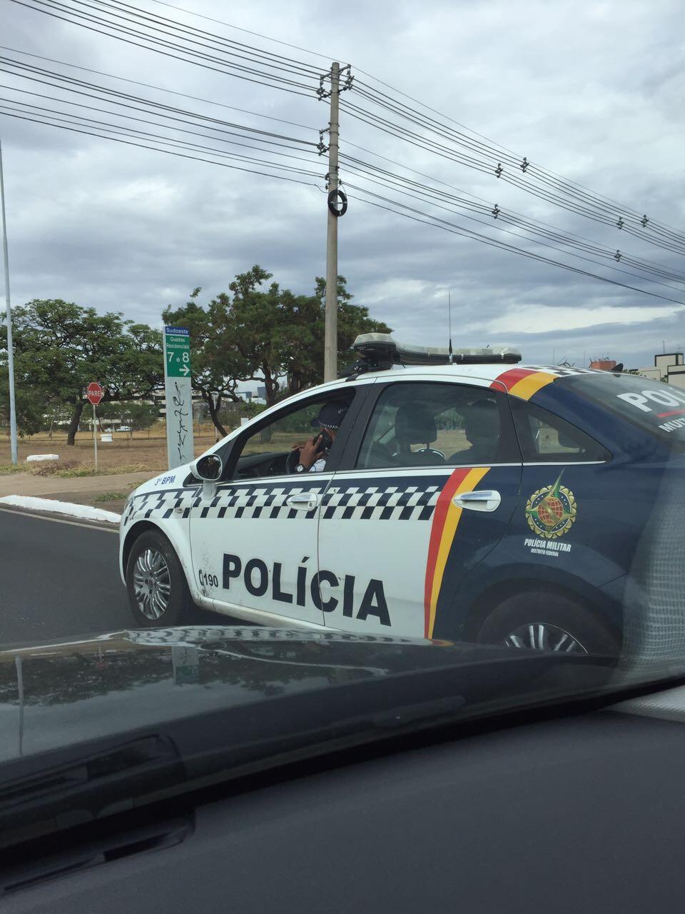 Policial militar do DF é flagrado ao celular enquanto dirige carro oficial
