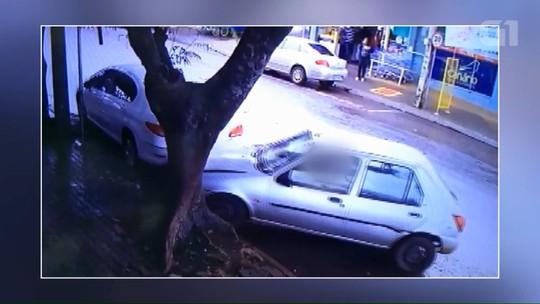 Motorista bate carro, troca de lugar com passageiro e foge na contramão; assista