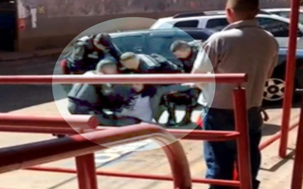 Momento em que policial dá série de socos em advogado, Goiânia, Goiás — Foto: Reprodução/TV Anhanguera