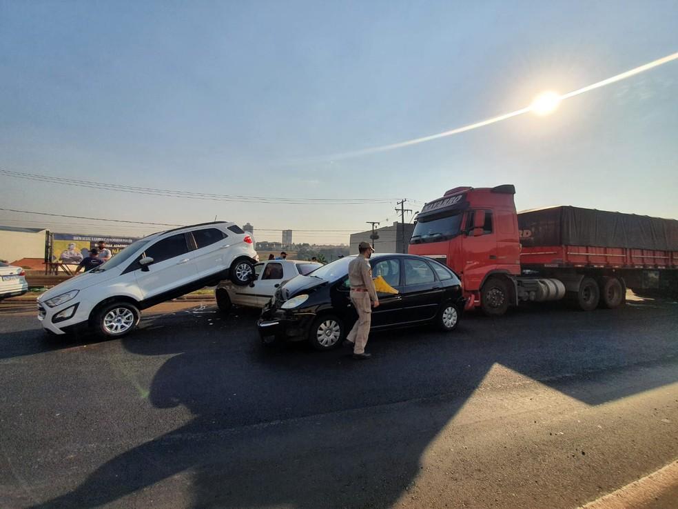 Engavetamento envolveu três carros e um caminhão — Foto: Kathulin Tanan/RPC