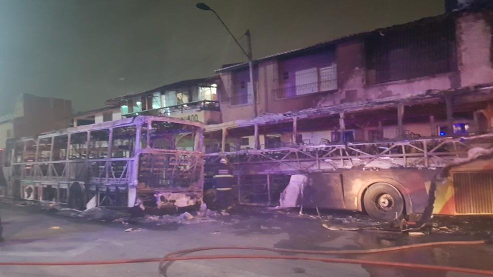 Em Fortaleza, ônibus foi queimado em local próximo à oficina que realizava manutenção de peças — Foto: Rafaela Duarte/SVM