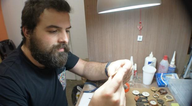 João Victor Azevedo trabalha em sua oficina na Incubadora de Empresas da PUC-RIO  (Foto: Divulgação)
