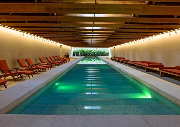 Aproveite a piscina coberta enquanto espera por sua massagem no spa (Foto: Divulgação)