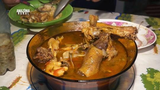 Aprenda a preparar uma saborosa e tradicional galinha caipira