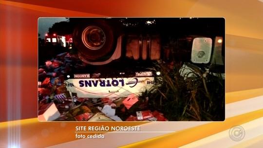 Homem morre após caminhão tombar no acostamento de rodovia em Ouroeste