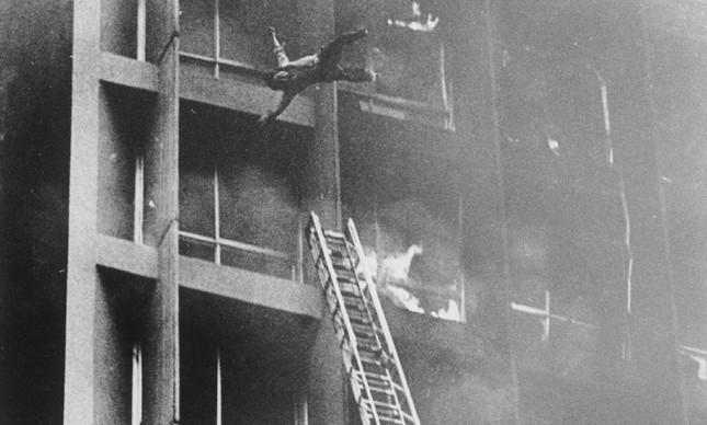 Homem se joga do Edifício Joelma para fugir do incêndio
