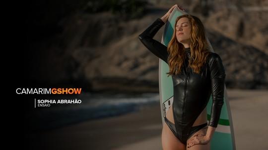 Sophia Abrahão vira surfista em ensaio e fala sobre boa forma: 'O mar e a academia são as minhas terapias'