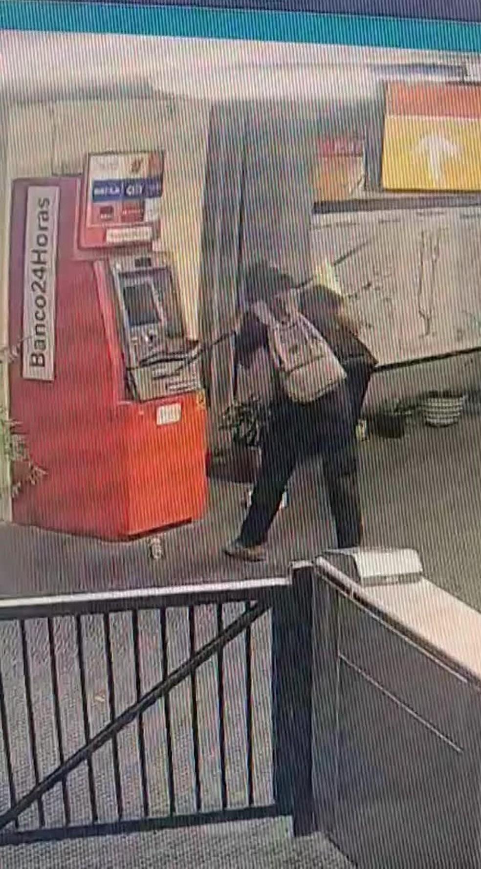 Homem que tentou roubar caixa eletrônico da Estação Santa Luzia estava sozinho no momento do crime — Foto: Reprodução/WhatsApp
