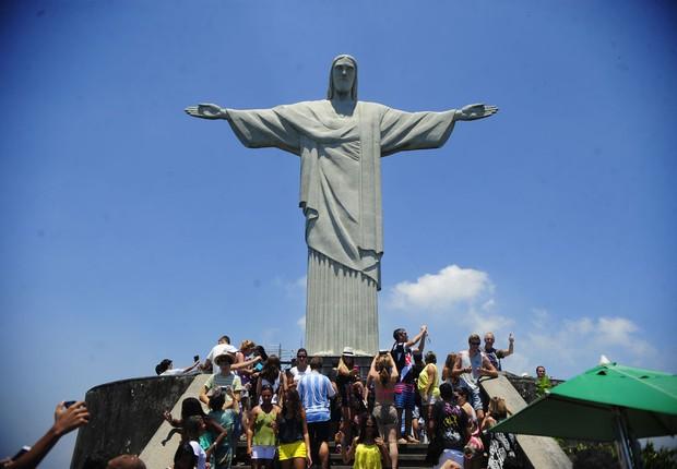 Turistas fazem fotos diante da estátua do Cristo Redentor no Rio de Janeiro (Foto: Tomaz Silva/Agência Brasil)
