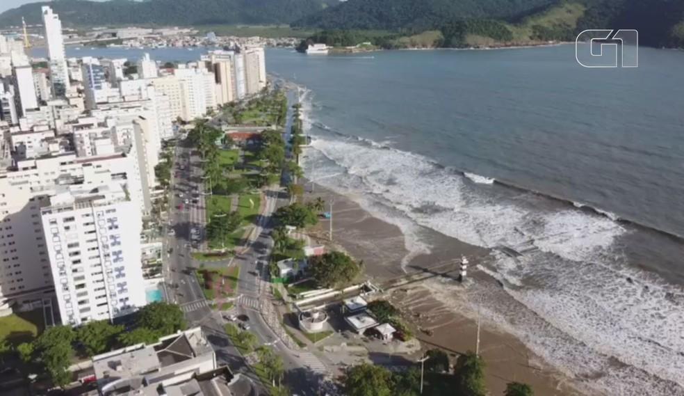 Mar tomou conta de praias e avenidas em Santos, SP — Foto: Arquivo pessoal/Felipe Pardini