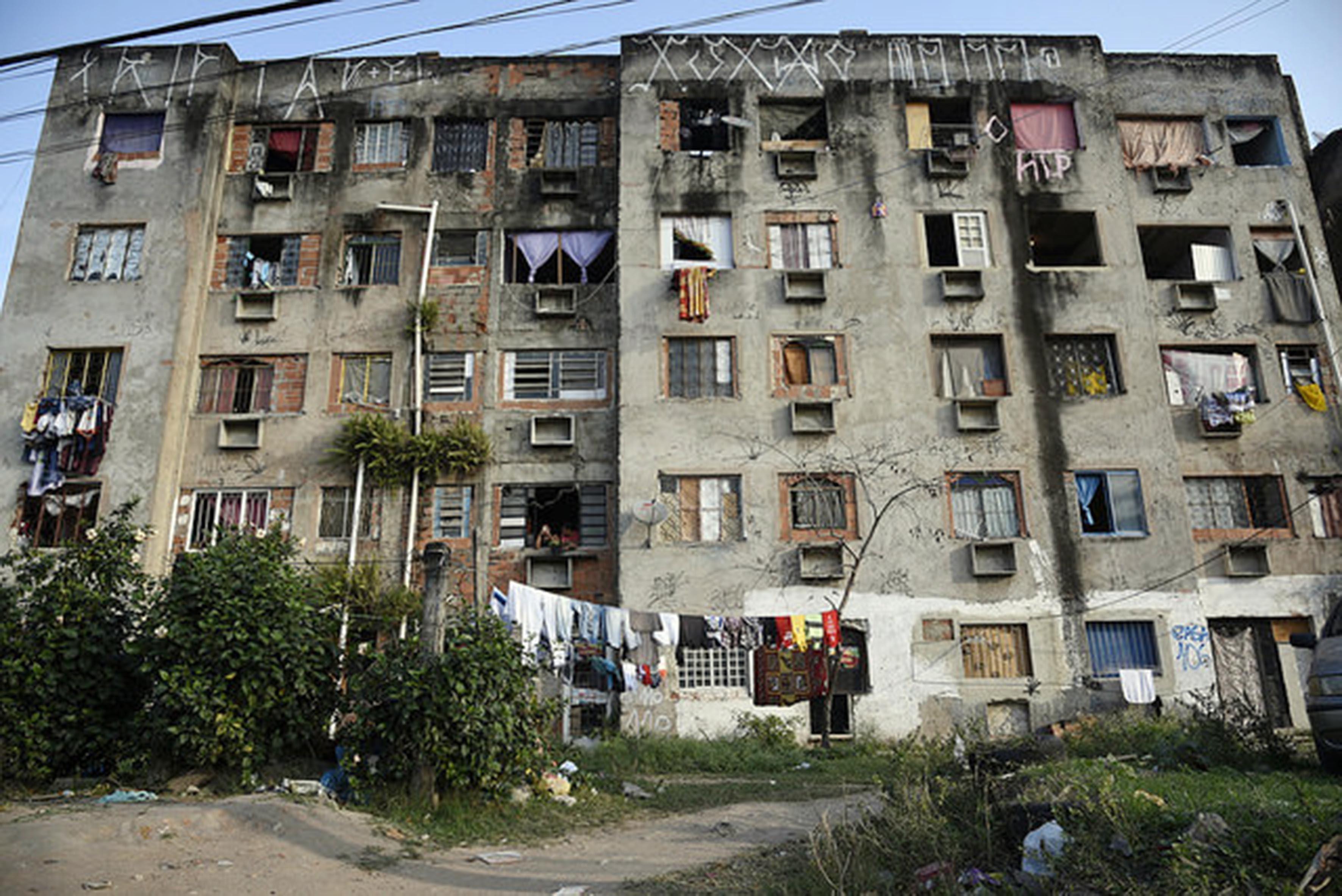 Moradores denunciam que milícia está loteando terreno de condomínio demolido em Campo Grande, na Zona Oeste do Rio