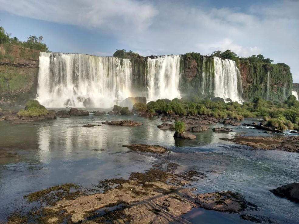 Baixa vazão mudou o visual das Cataratas nesta segunda-feira, em Foz do Iguaçu — Foto: William Brisida/RPC