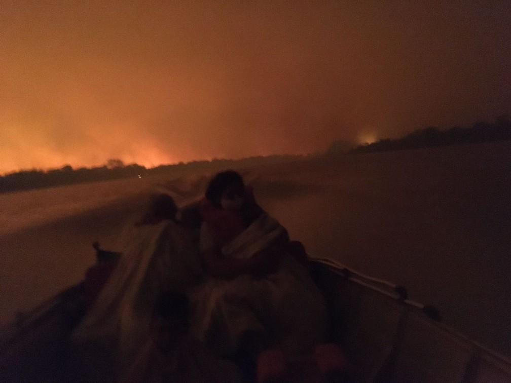 Família é resgatada em meio a incêndio no Pantanal de MS  Foto: Corpo de Bombeiros/Divulgação
