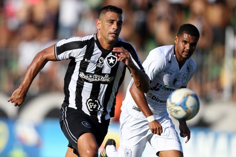 Diego Souza, do Botafogo, sofre estiramento grau 1 na parte posterior da coxa esquerda