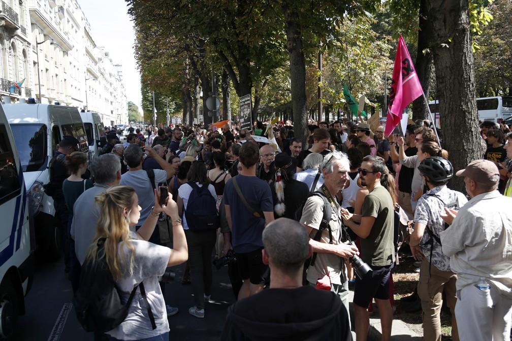 Manifestantes se reuniram em frente à embaixada brasileira em Paris nesta sexta (23) para pedir a preservação da Amazônia. — Foto: Zakaria Abdelkafi / AFP