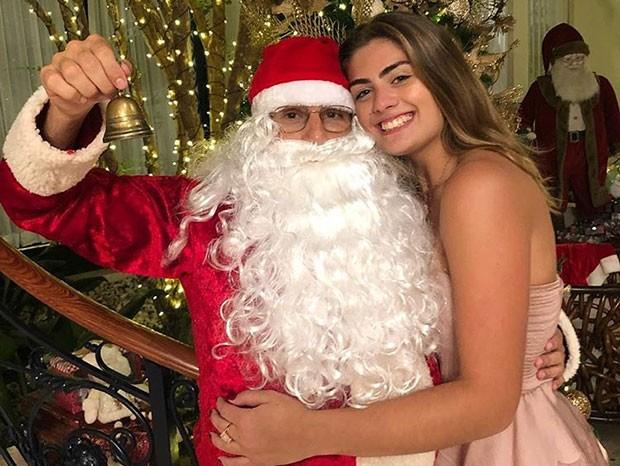 Luma Mickely e o tio, Elam Lima, vestido de Papai Noel (Foto: Reprodução/Instagram)