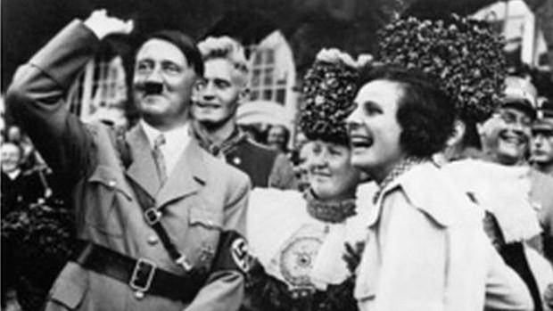 Hitler faz saudação nazista durante festa do partido (Foto: Corbis)