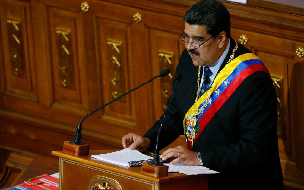 O presidente da Venezuela, Nicolás Maduro, durante seu discurso anual à nação perante membros da Assembleia Constituinte, em Caracas, na segunda-feira (14) — Foto: AP Photo/Ariana Cubillos