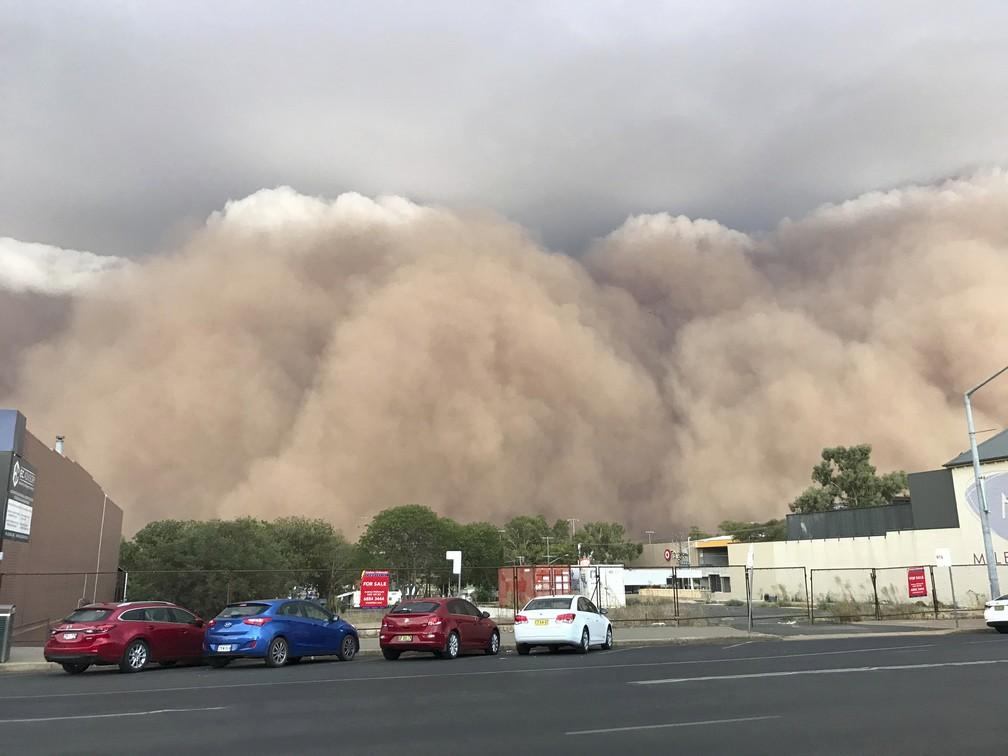 Nuvem de poeira avança sobre uma rua em Dubbo, na Nova Gales do Sul, a 400km de Sydney, no domingo (19). — Foto: Ian Harris/AP