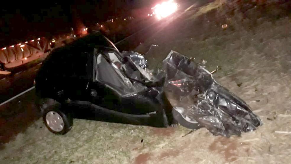 Carro ficou destruído após bater de frente com caminhão canavieiro — Foto: Arquivo pessoal