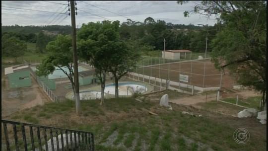 Obras do centro de lazer estão abandonadas em Ribeirão Branco