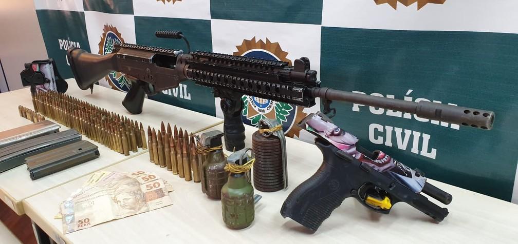 Polícia apreendeu fuzil, pistola, granadas e dinheiro com suspeitos de integrar milícia na Praça Seca — Foto: Divulgação/Polícia Civil