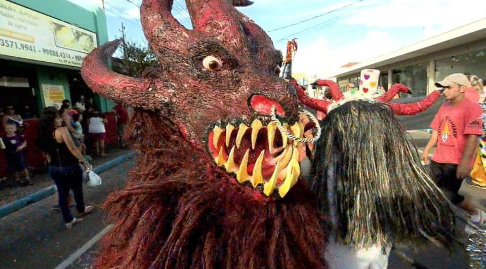 Tradicional desfile de máscaras em Leme (Foto: Arquivo/ EPTV)