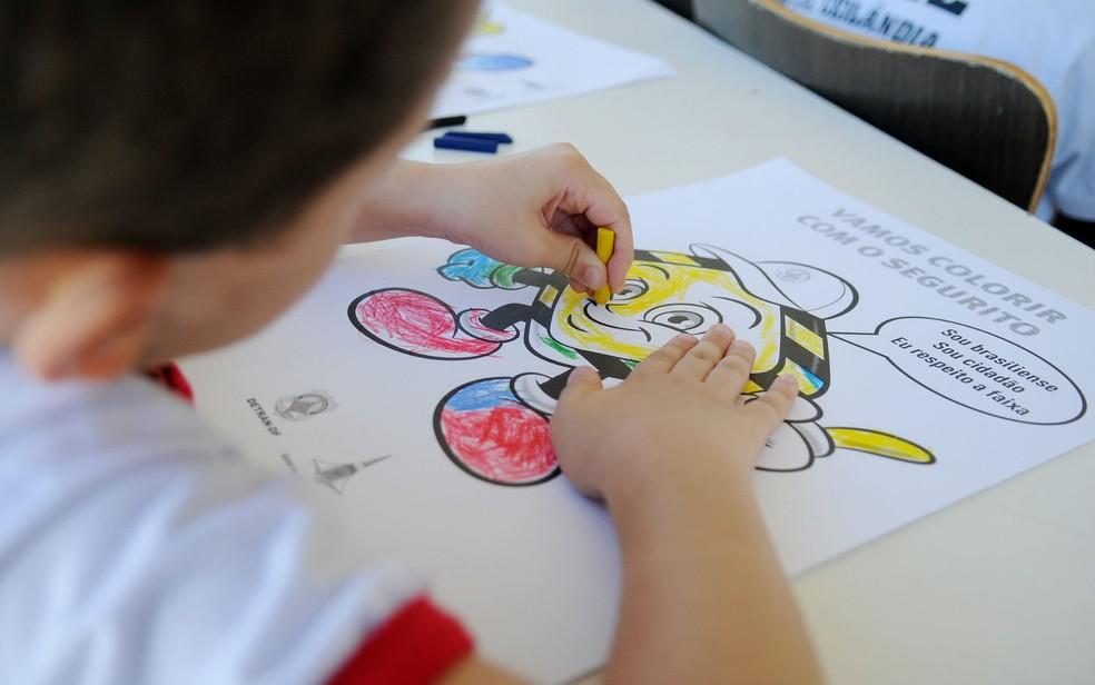 Criança pinta desenho em escola pública do Distrito Federal — Foto: Pedro Ventura/Agência Brasília/Divulgação