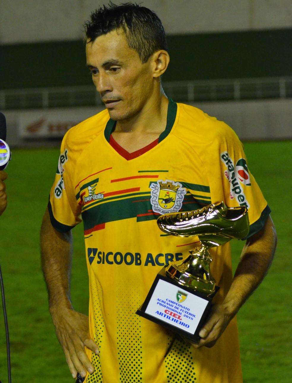 Ciel, artilheiro e craque do Acreano 2018, com o troféu de goleador do estadual após a decisão do último domingo (8) (Foto: Nathacha Albuquerque)