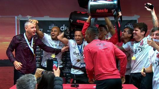 """Tiago Nunes recebe """"banho"""" dos jogadores ao vivo e dança com eles em comemoração ao título do Athletico-PR"""