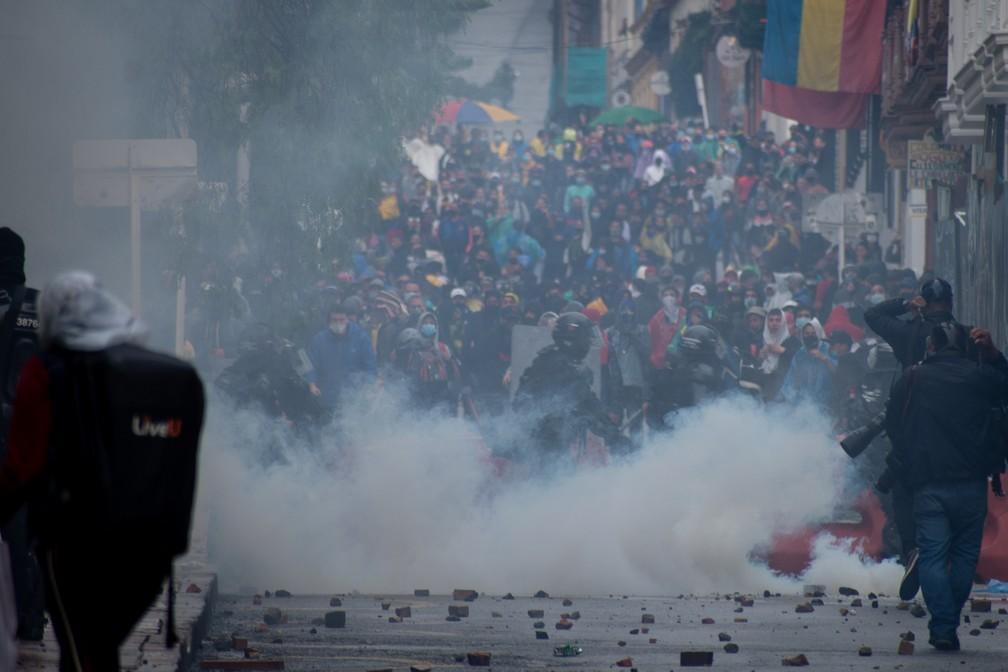Confronto entre manifestantes e policiais em Bogotá, na Colômbia — Foto: Getty Images