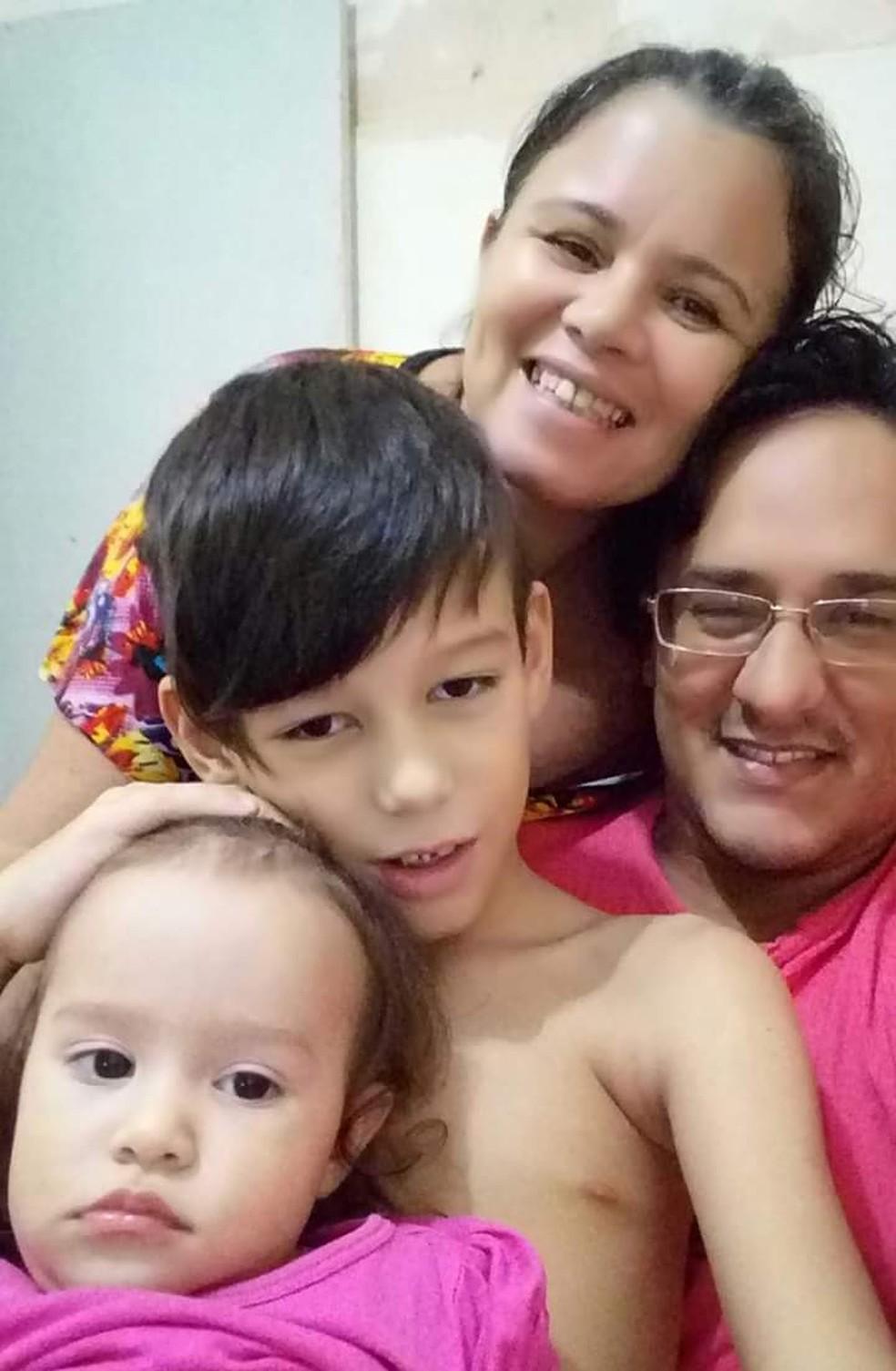 Índio mora em uma casa alugada com a esposa e os dois filhos — Foto: Cedida