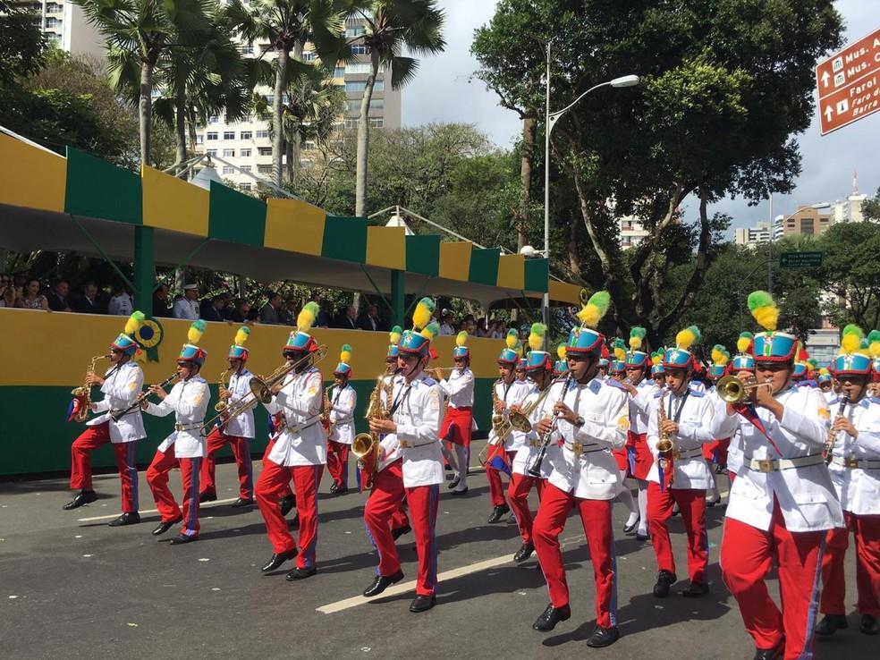 Alunos do Colégio Militar de Salvador durante o desfile na capital baiana — Foto: João Souza/ G1