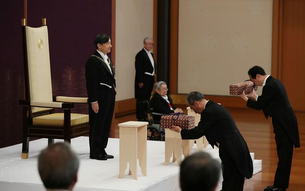 O novo imperador do Japão, Naruhito, recebe os objetos imperiais durante cerimônia de posse do trono de crisântemo, no Palácio Imperial, em Tóquio, na quarta-feira (1º) — Foto: Japan Pool via Reuters