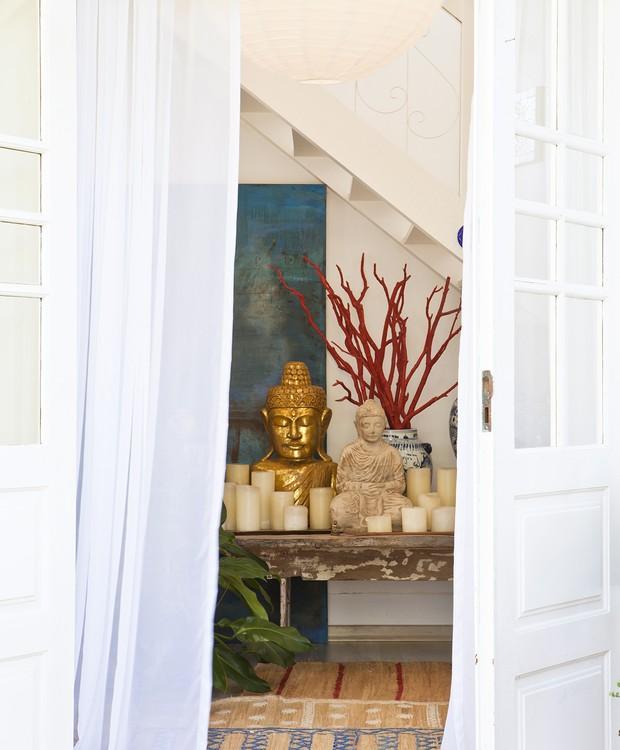 O canto de meditação com Budas e velas dá as boas-vindas na entrada da casa (Foto: Lufe Gomes/Casa e Jardim)