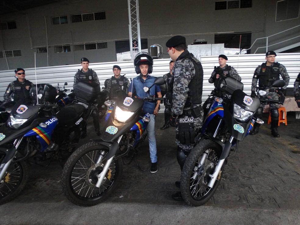 Sanderson Vinícius na motocicleta da Rocam (Foto: Hayale Guimarães/G1)