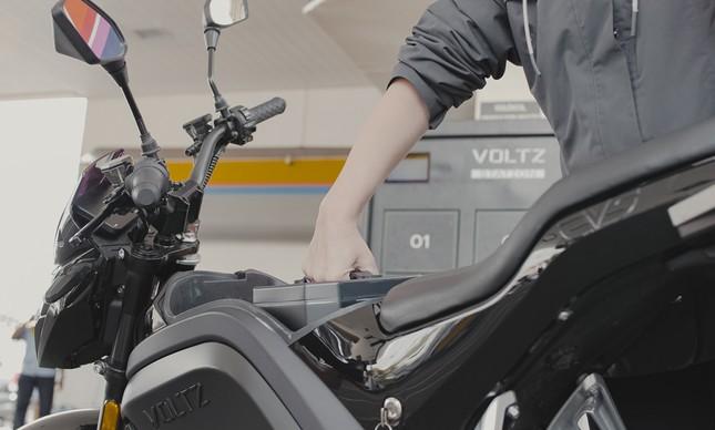 Moto da Votz em uma estação de troca de bateria dentro do Posto Ipiranga