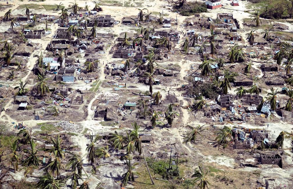 1º de maio - Construções danificadas na passagem do ciclone Kenneth são vistas do alto em uma aldeia ao norte de Pemba, em Moçambique — Foto: Mike Hutchings/ Reuters