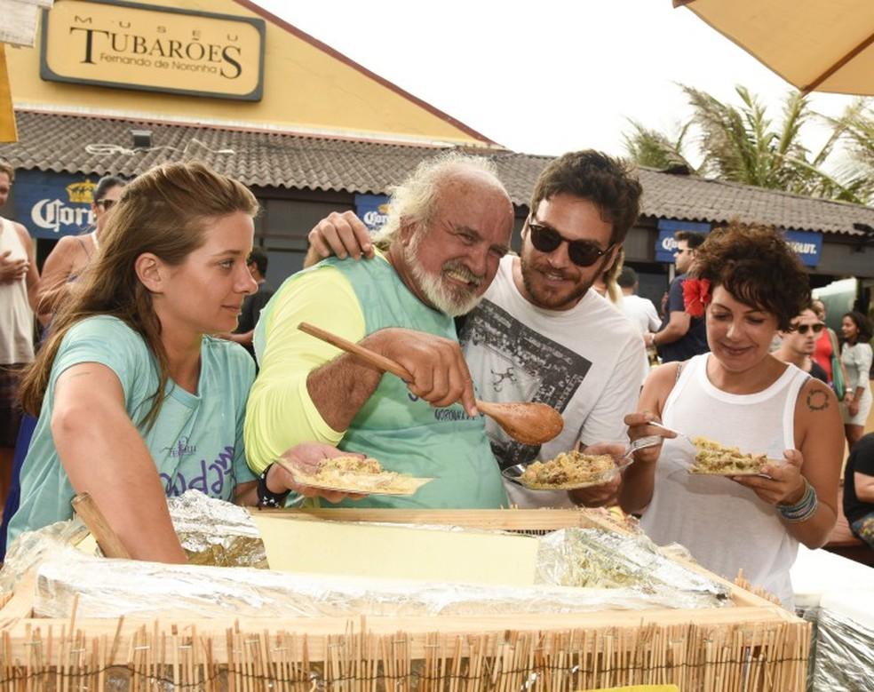 Fabílula Nascimento e Emílio Dantas com Zé Maria (Foto: Keila Castro)