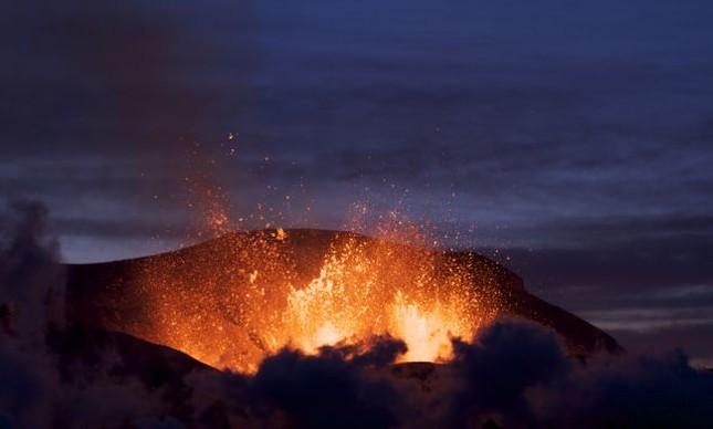O vulcão Eyjafjallajökull, cujo nome deriva das palavras ilha (eyja), montanha (fjall) e geleira (jökull), Islândia (Foto: Boaworm)