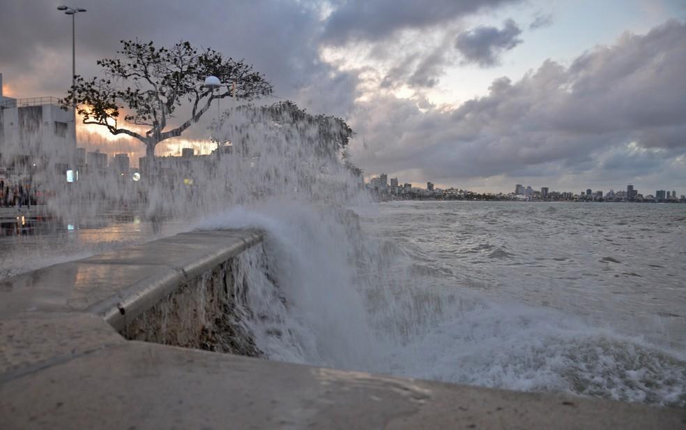 Ondas podem chegar a 3,5 metros de altura por causa do mar grosso (Foto: Walter Paparazzo/G1)
